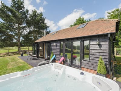 Delightful holiday home with hot tub | Toad Hall Cottage, White Colne, near Colchester