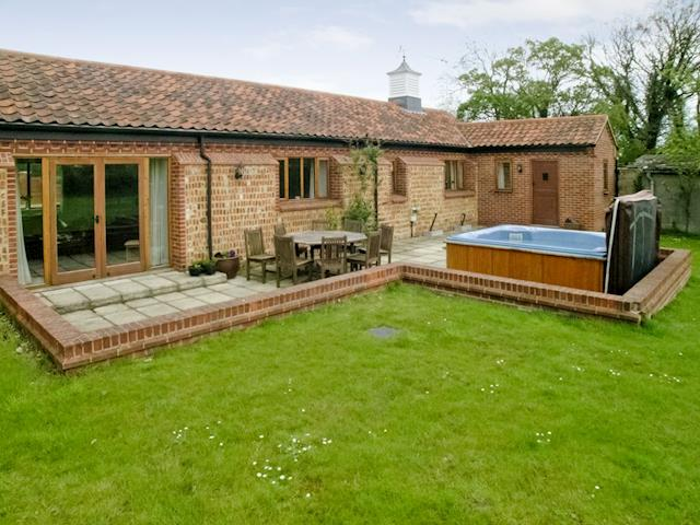 Hot tub | Beech Barn - Beech Farm Barns, Neatishead, Norwich