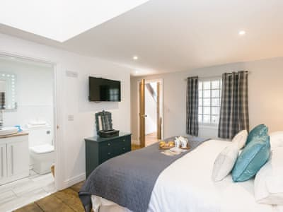 Spacious double bedroom with super kingsize bed which can be a twin on request | The Boat Shed - Meadow Farm, Hickling