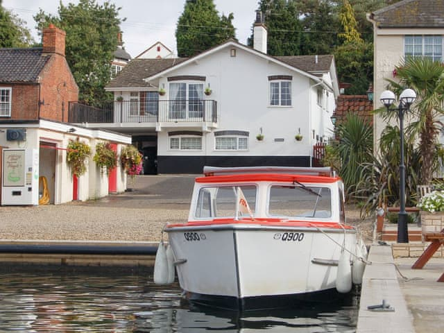 Attractive 'dockside' holiday home | Tracara, Horning