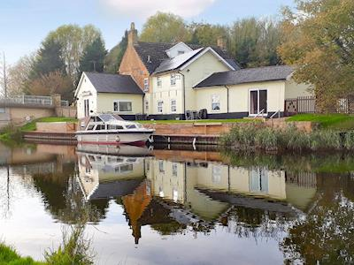 Wonderful waterside holiday home | Riverside Cottage, Hilgay, near Downham Market