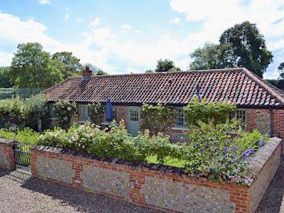 Delightful holiday cottage | Blacksmiths Cottage, Bintree, near Fakenham
