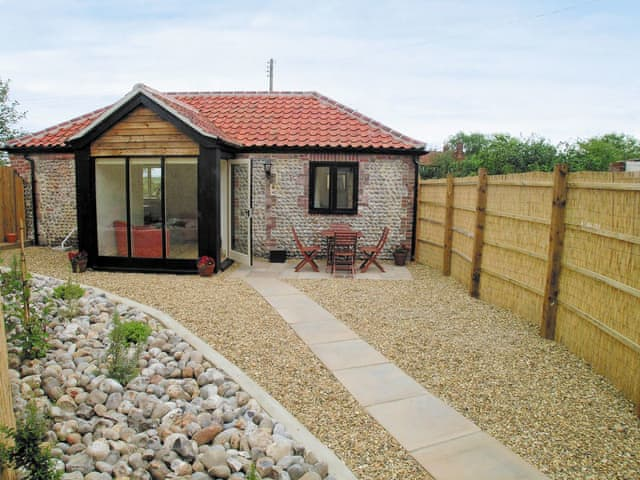 Exterior | Bacton Hall Holiday Cottages - Apple Barn, Bacton