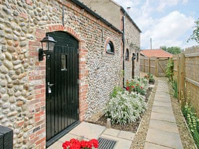 Exterior | Bacton Hall Holiday Cottages - The Coach House, Bacton