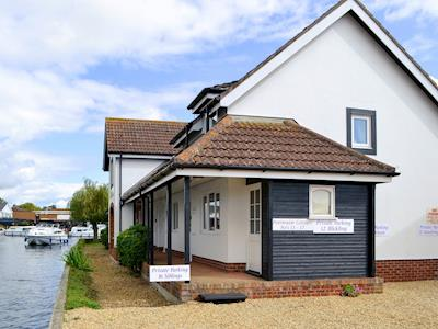 Welcoming riverside cottage entrance | Pottergate Cottage, Wroxham