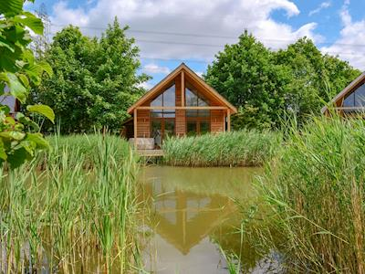 Beautiful lakeside lodge | Campbell Lodge, Thorpe on the Hill, near Lincoln