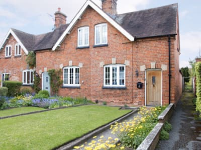 Beautifully presented holiday home with well-maintained garden | Mulberry Cottage, Stratford-upon-Avon