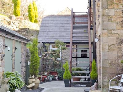 Courtyard and sitting out area | The Snug - Coach House Holidays,