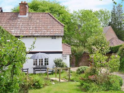 Super semi-detached, character holiday home | Craigwen Cottage, Burley, near Ringwood