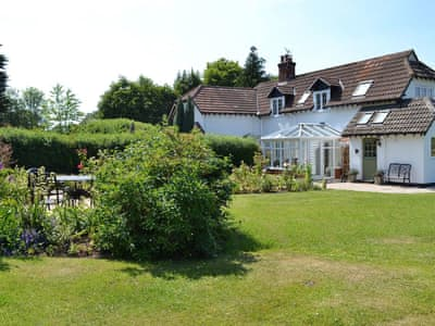 Large, mainly lawned garden | Gardeners Retreat - Shappen Cottages, Burley