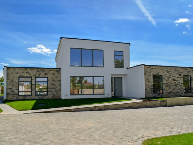 Stunning modern, detached holiday home | Rosedene, Freshwater, near Totland