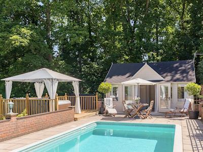 Exquisite holiday home with swimming pool and hot tub | Summer Breeze, Winsor, near Southampton